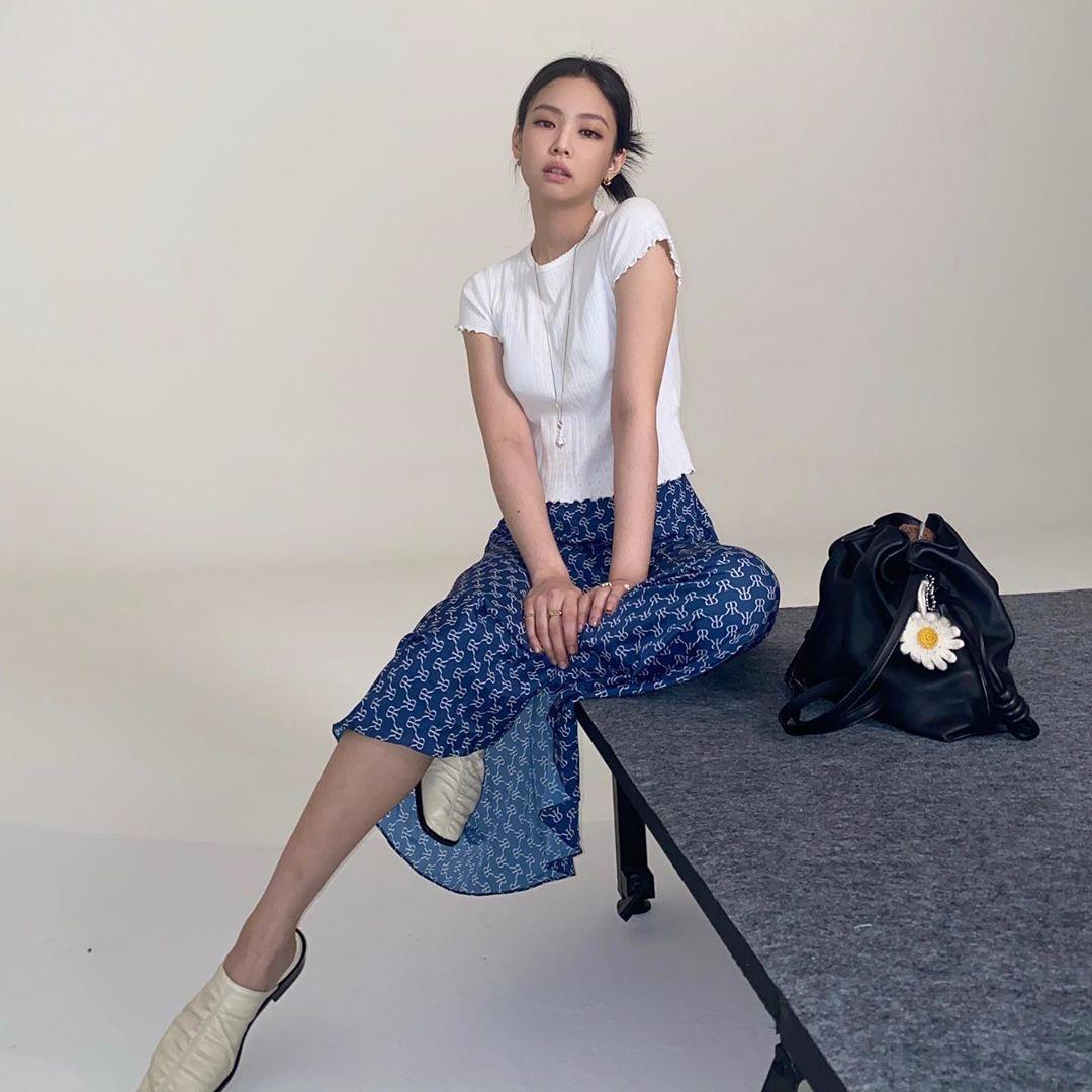 Jennie phối áo trắng với chân váy dài màu xanh họa tiết tạo vẻ ngoài thanh lịch.
