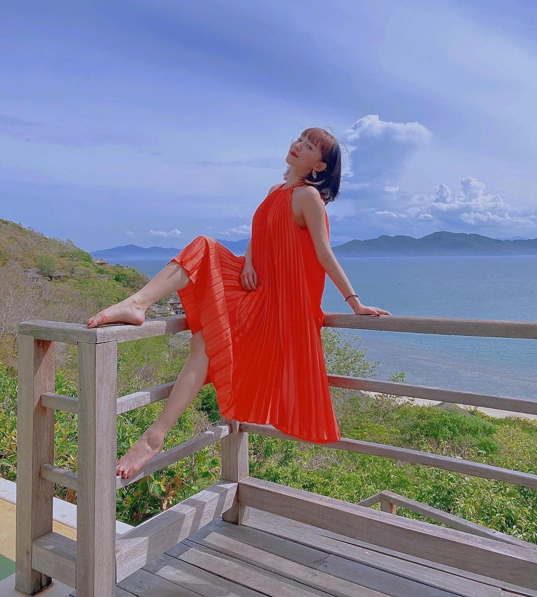 Đầm xếp ly bay bổng được nhiều mỹ nhân Việt lăng xê năm nay. Đây là kiểu váy giải phóng cơ thể, đặc biệt lý tưởng cho những chuyến đi chơi biển. Tóc Tiên diện mẫu đầm tông cam chói lọi nhưng rất tôn da.