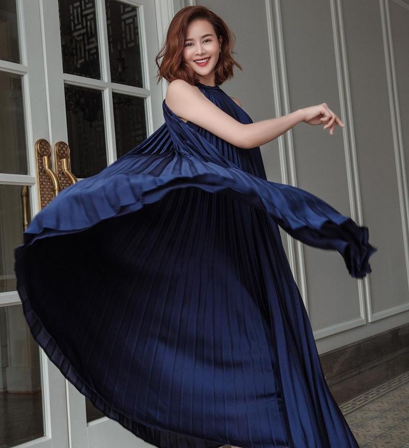 Cuộc chiến đụng độ đầm xếp ly cổ yếm của sao Việt còn có phiên bản xanh tím than của hoa hậu Sella Trương.