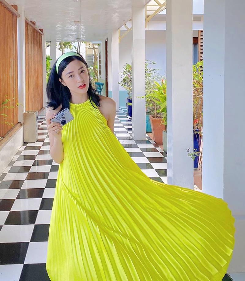 Diện váy xanh neon rất kén, Sa Lim tinh tế khi chọn băng đô xanh bạc hà giúp tổng thể bớt chói hơn hẳn.