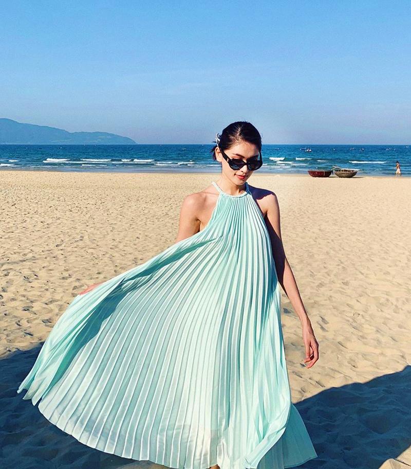 Váy xanh nhẹ nhàng, mát mắt mang đến vẻ nữ tính cho Á hậu Thùy Dung khi đi biển.