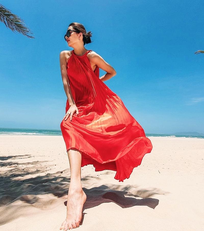 Đầm bay bổng sặc sỡ cũng là lựa chọn của Lệ Hằng, giúp cô có bức hình sống ảo nổi bật trên nền cát trắng, biển xanh.