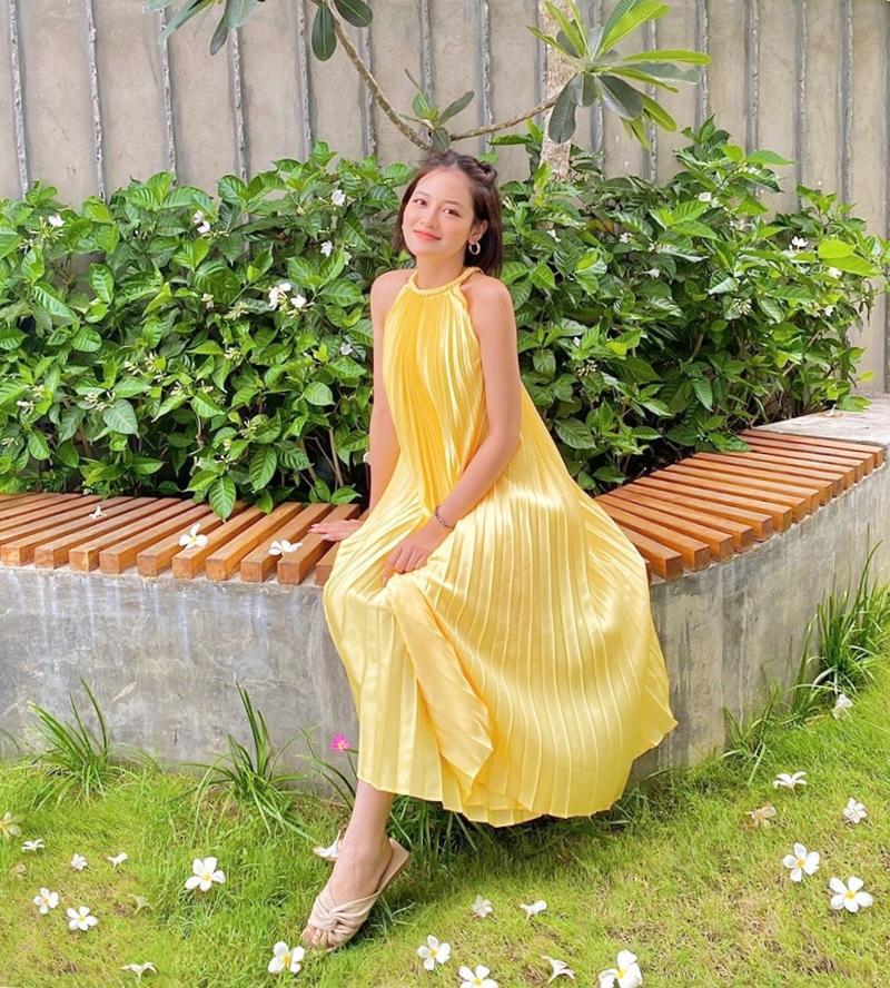 Thiết kế nhìn đã thấy mát  được Thùy Anh mặc khi đi nghỉ dưỡng ở resort. Cô nàng chọn tông vàng chanh tươi sáng và trendy.
