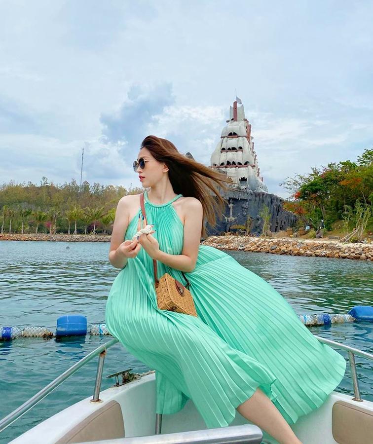 Làn da trắng sứ của Phương Nga càng được tôn lên nhờ bộ đầm xanh ngọc. Chất liệu mỏng nhẹ giúp chiếc đầm rất hút gió, tạo cảm giác thoải mái, mát mẻ hết cỡ cho người mặc.