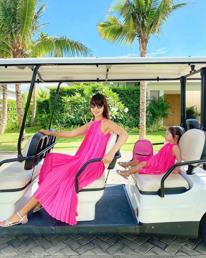 Không chỉ diện chiếc váy hồng neon sang chảnh, Hà Anh còn tậu cho con gái trang phục tông xuyệt tông.