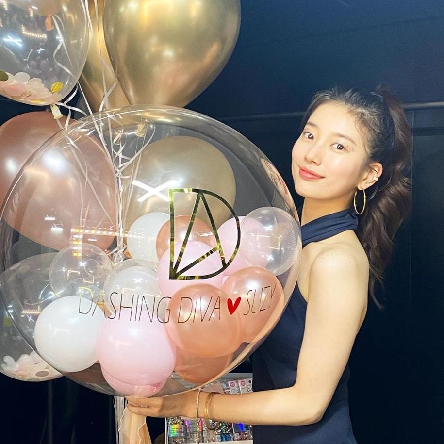 Suzy trẻ trung, rạng rỡ với kiểu tóc buộc cao.
