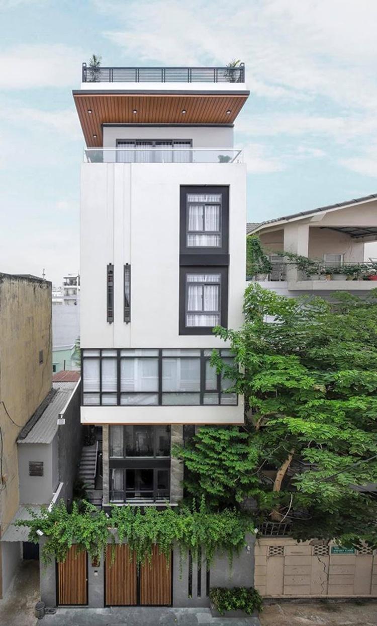 Lê Hoàng cùng bà xã Việt Huê sống trong căn nhà có diện tích 1.000 m2, trị giá hơn 40 tỷ đồng tại quận Phú Nhuận, TP HCM. Thành viên The Men mất 9 tháng xây dựng, hoàn thiện căn nhà.