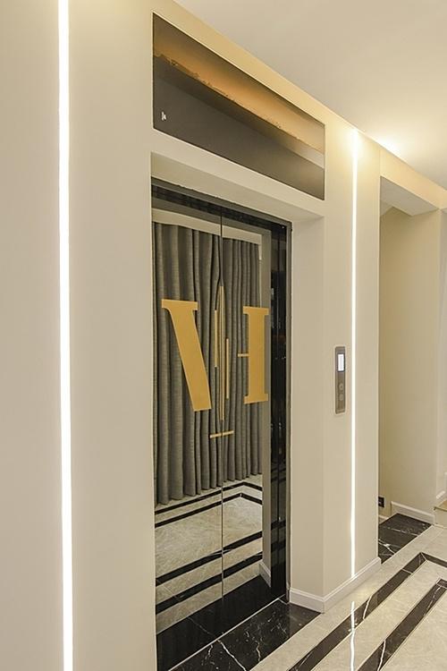 Nam ca sĩ sử dụng thang máy để di chuyển trong nhà.