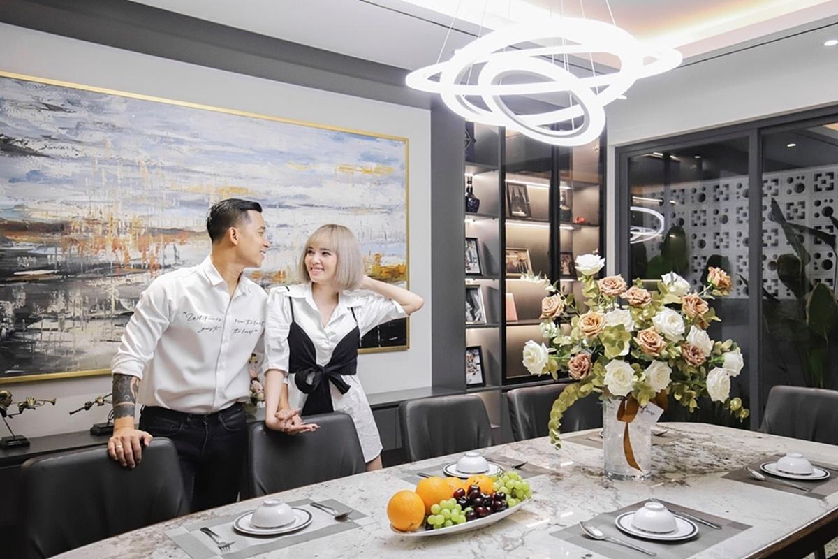 Điểm đặc biệt trong căn nhà của Lê Hoàng chính là hệ thống điện được điều khiển bằng giọng nói. Điều này giúp vợ chồng anh thuận tiện hơn trong sinh hoạt.