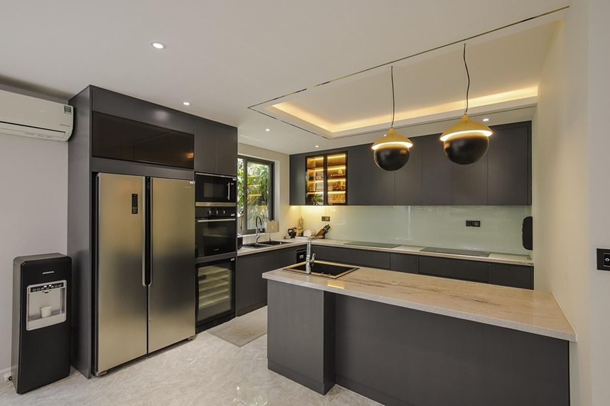 Khu bếp gam màu xám chủ đạo, được trang bị đầy đủ trang thiết bị hiện đại.