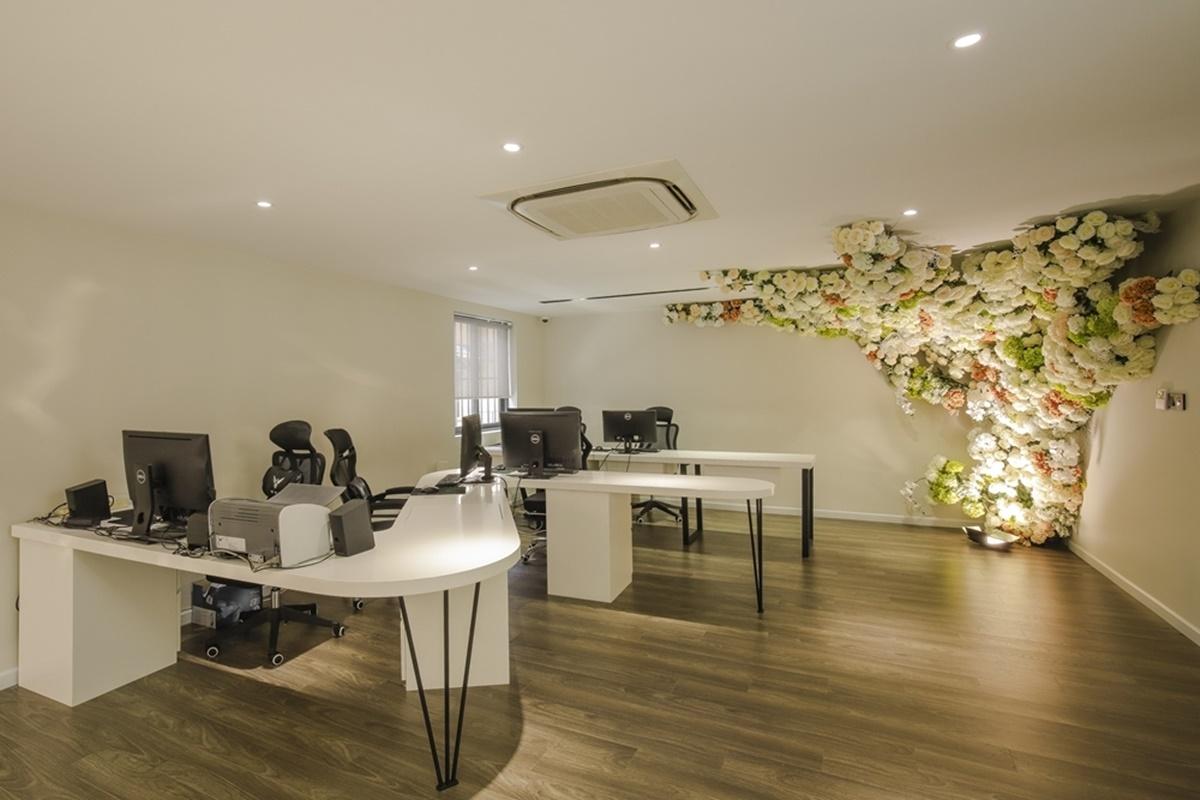 Văn phòng kinh doanh của bà xã Lê Hoàng được lắp đặt ở tầng lửng của căn nhà.