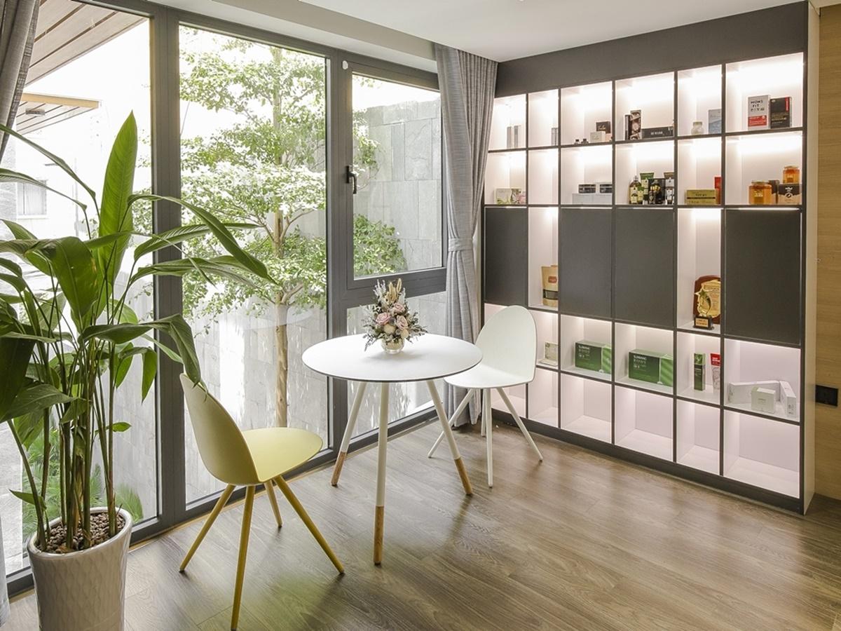 Khu vực tiếp khách trong văn phòng được lắp đặt tối giản, sang trọng.