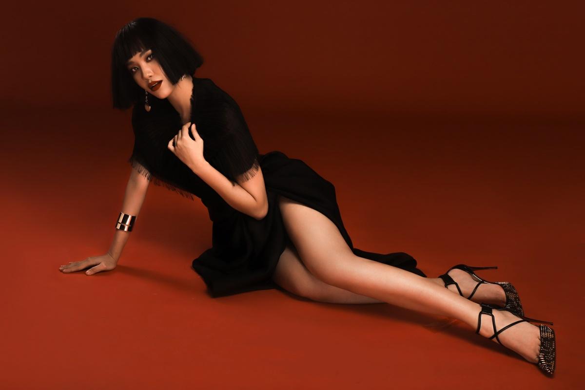 Bộ đầm của NTK Huy Trần tôn đôi chân thon dài của Kim Duyên. Cô sử dụng phụ kiện vòng kim loại để tăng thêm phần cá tính.