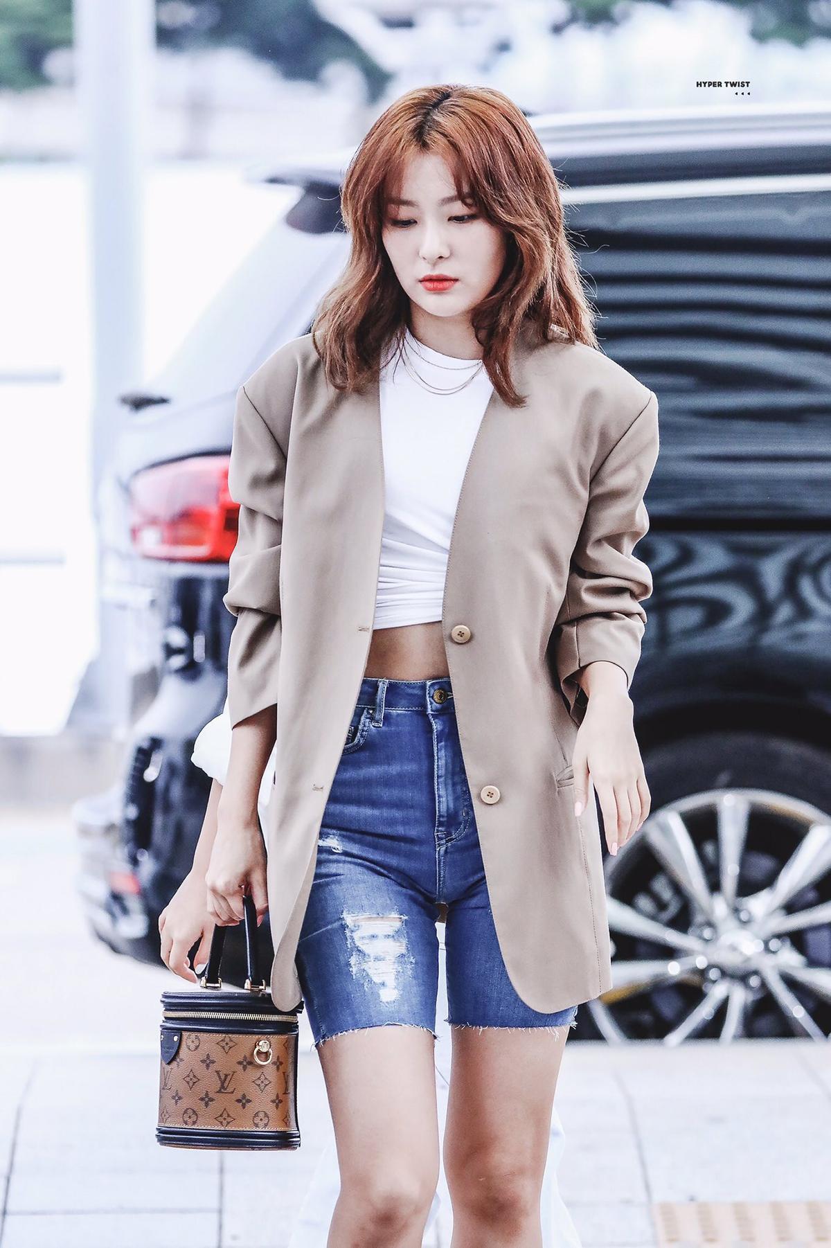 Seul Gi được rất nhiều cô gái học hỏi với set đồ phối chuẩn mực cùng blazer ra sân bay.