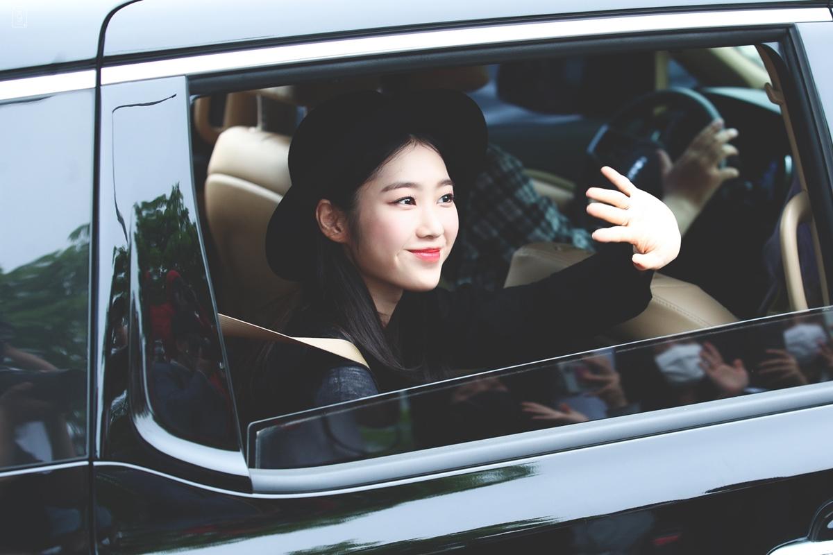 Jiho (Oh My Girl) tươi tắn trên đường đi làm về.