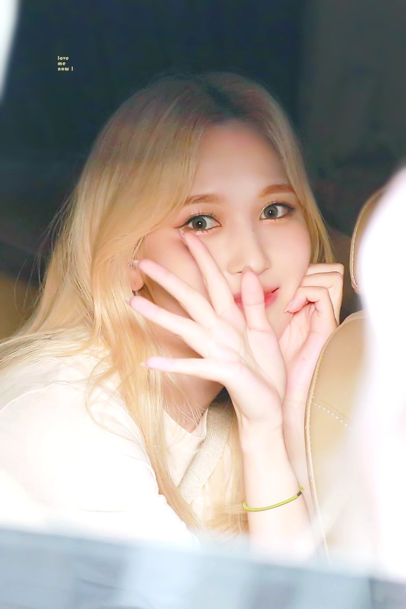 Mina (Twice) trầm tĩnh mỉm cười vẫy chào người hâm mộ.
