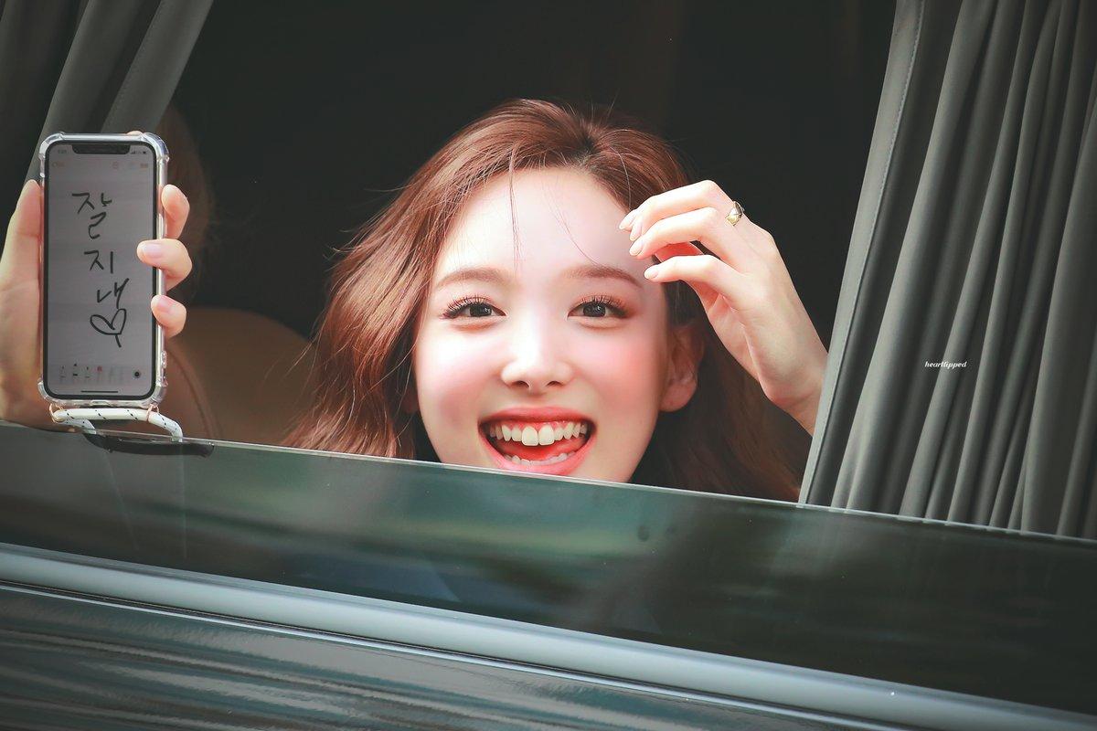 Na Yeon (Twice) rạng rỡ và hạnh phúc khi được gặp fan.