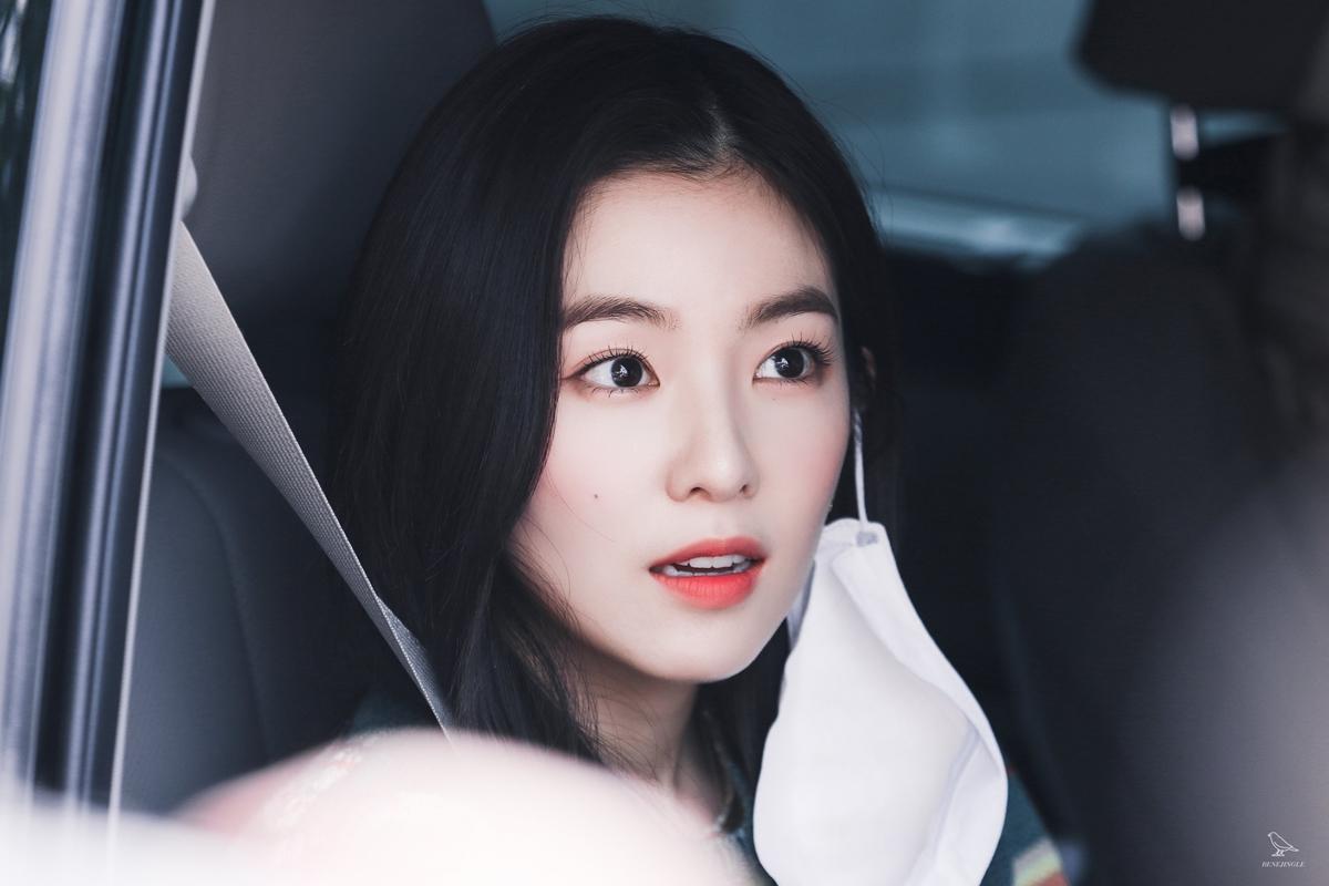 Irene (Red Velvet) gây sốt với khoảnh khắc tháo khẩu trang trên đường đi làm về. Netizen ví cô đẹp như nhân vật trong một thước phim điện ảnh.