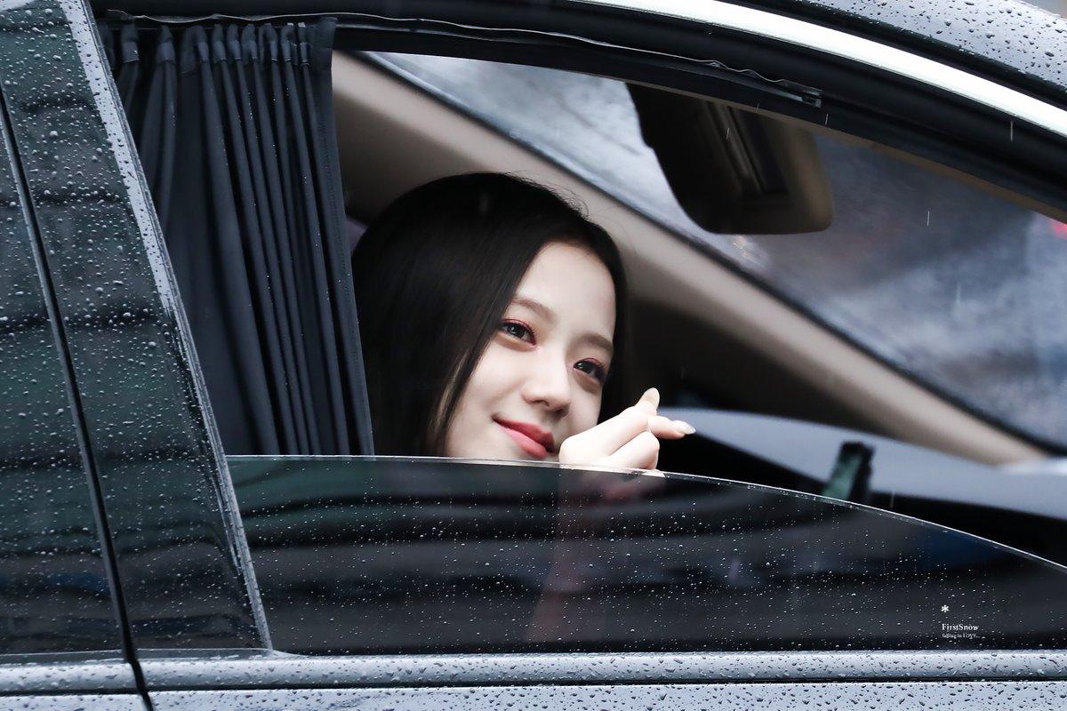 Ji Soo (Black Pink) đẹp lãng mạn trong một buổi chiều trời mưa.