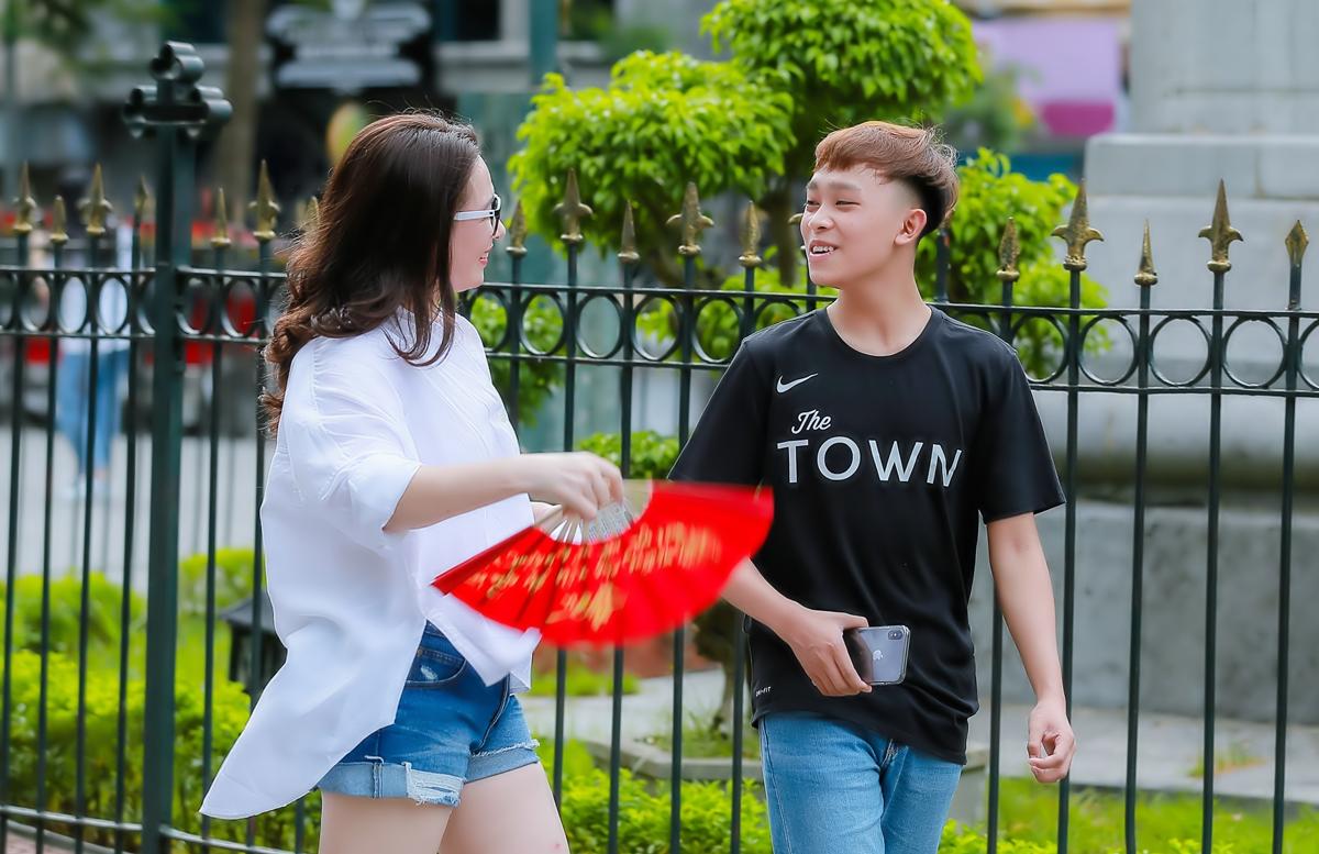 Hồ Văn Cường phổng phao bên mẹ nuôi Phi Nhung