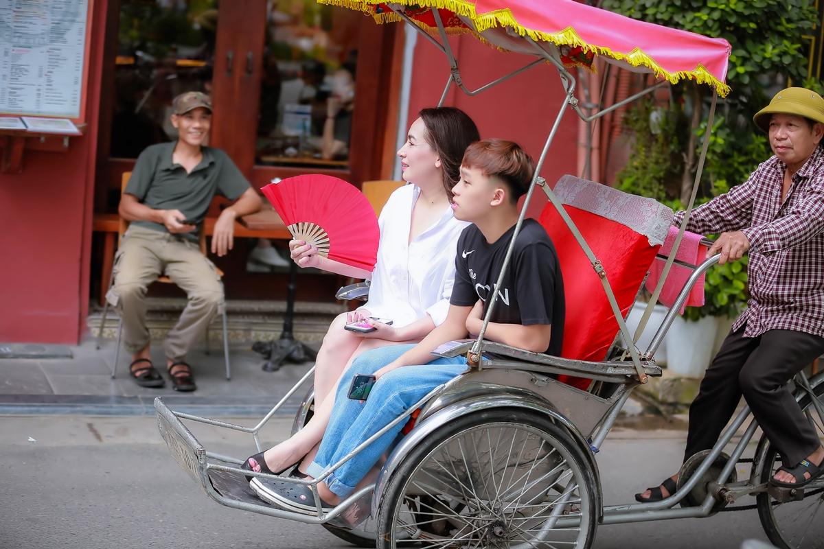 Hồ Văn Cường phổng phao bên mẹ nuôi Phi Nhung - 6