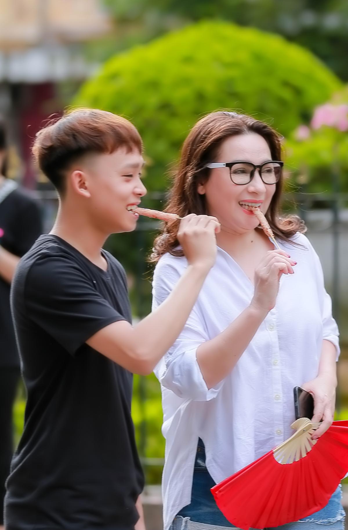 Hồ Văn Cường phổng phao bên mẹ nuôi Phi Nhung - 8
