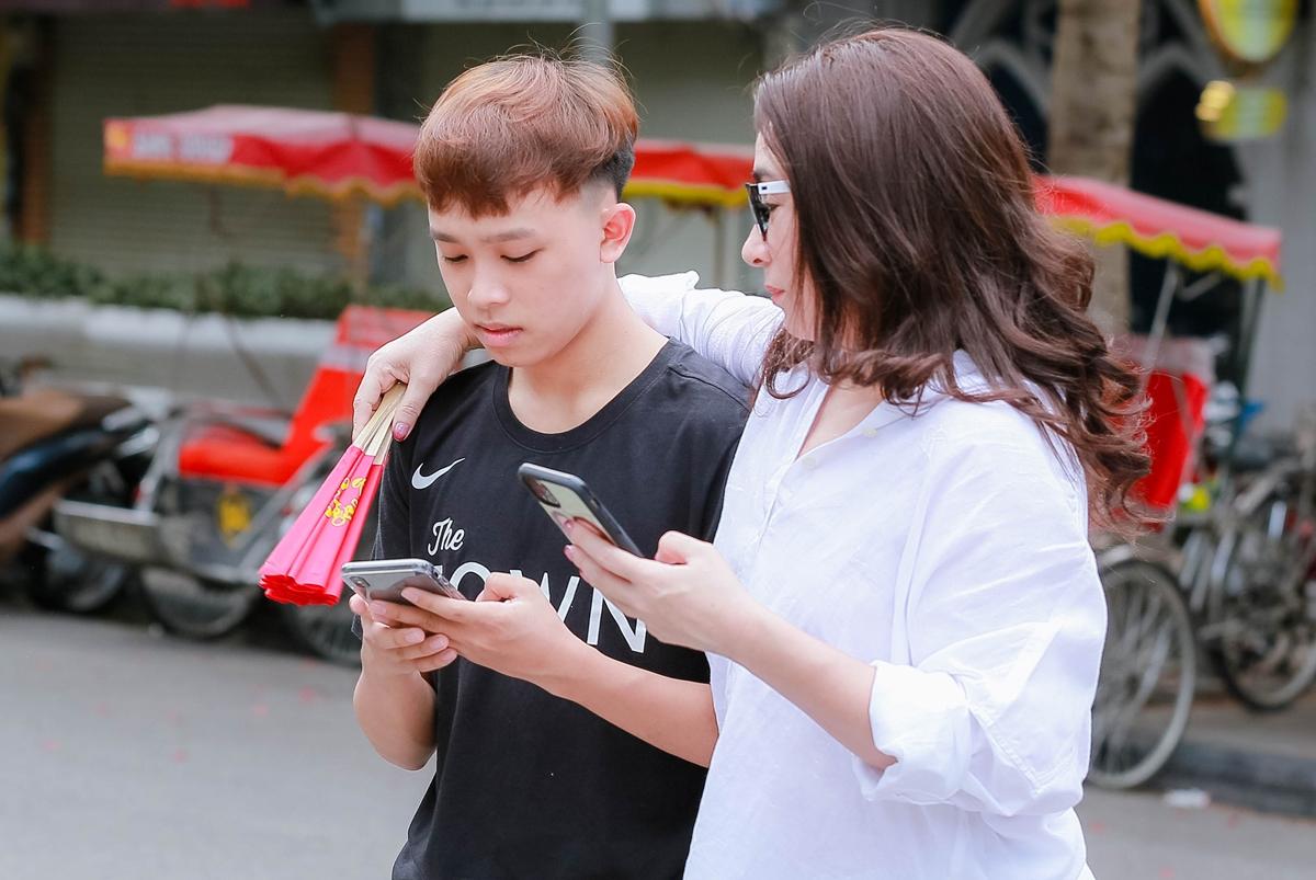 Hồ Văn Cường phổng phao bên mẹ nuôi Phi Nhung - 10