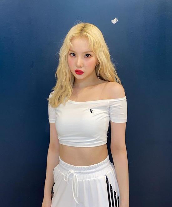 Eun Ha mặc bộ thể thao với áo croptop lệch vai vừa khỏe khoắn vừa cuốn hút.