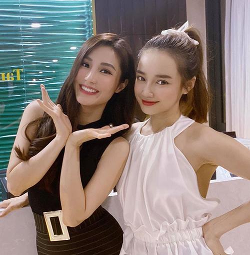 Hai cô bạn cùng tuổi Diễm My - Nhã Phương ríu rít chụp hình khi hội ngộ.