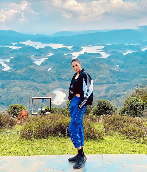 Võ Hoàng Yến khoe chân dài trong chuyến đi phượt.