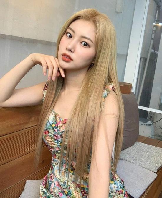 Hye Won (IZONE) diện váy hoa cổ vuông xinh tươi, khoe visual rạng ngời.