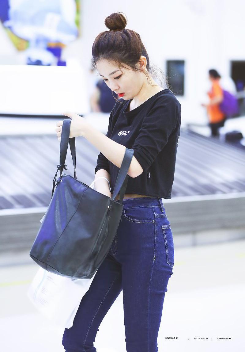 Áo phông đen/trắng được các mỹ nhân ưa chuộng hơn cả vì đơn giản nhưng không xuề xòa, không bao giờ kém lỗi mốt, chỉ cần diện với quần jeans là đã có set đồ sân bay cơ bản.