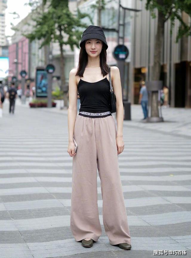Trên đường phố, áo hai dây được các cô gái Trung diện nhiệt tình để vừa mát mẻ, lại vừa khoe dáng hiệu quả.