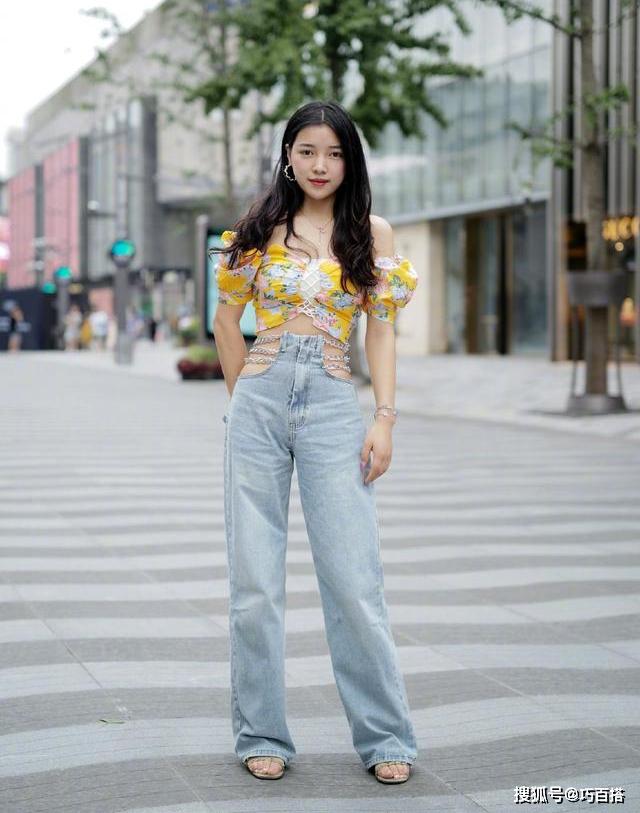 Mùa hè năm nay, có thể thấy sự lên ngôi của các kiểu quần jeans táo bạo, lạ mắt. Nếu băn khoăn chiếc quần jeans khoét hông đính xích đang hot hit trên Taobao khi mặc lên trông thế nào, bạn có thể tham khảo street style của cô gái này.