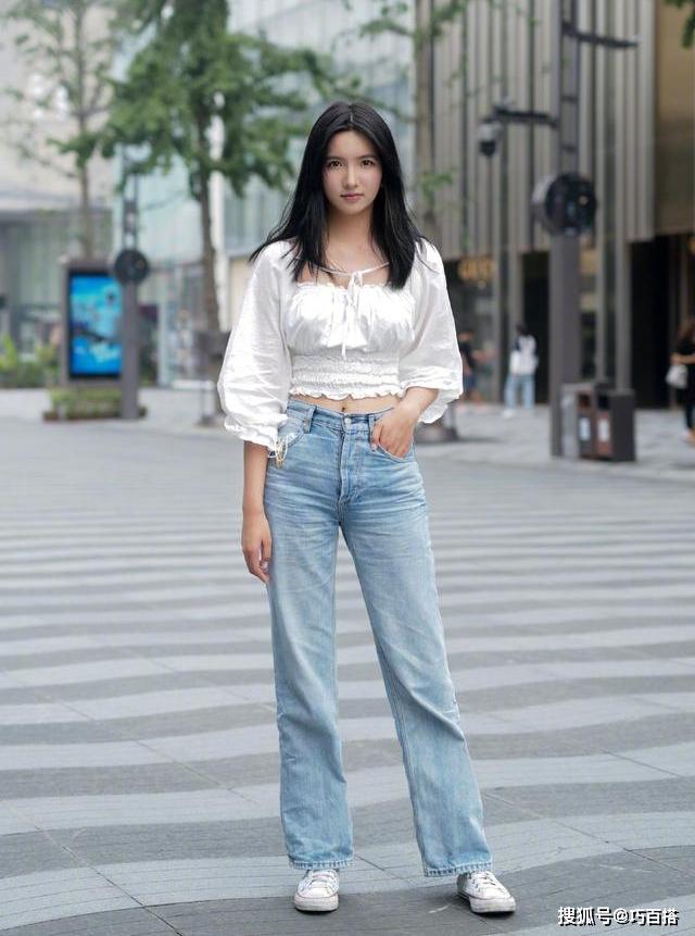 Từ khi Lisa lăng xê, kiểu áo cổ vuông tay bồng được các cô gái hưởng ứng nhiệt tình. Khắp các trang mua sắm, đây chính là kiểu áo hot hit được mua liên tục. Với dáng áo này, con gái chỉ cần kết hợp cùng jeans đơn giản đã đủ xinh.