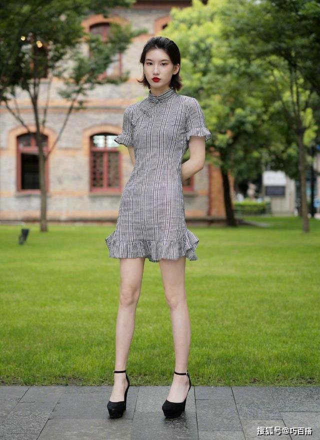 Các kiểu váy cổ sườn xám cách tân cũng đang được con gái Trung Quốc ưa chuộng để giúp trang phục truyền thống gần gũi hơn với đời sống hiện đại.