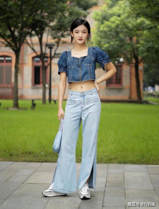 Jeans xẻ ống cũng đang được nhiều nàng thử nghiệm, bất chấp việc mốt này không hề dễ mặc.