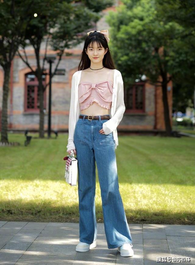 Không khó để thấy áo đính nơ ngực là một trong những hot trend năm nay. Cô bạn này giúp street style thêm ngọt ngào với kiểu tóc kẹp nơ to bản xinh như idol Kpop.