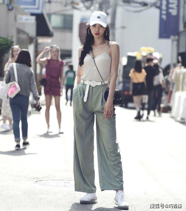 Công thức áo hai dây ôm body kết hợp quần ống rộng được nhiều cô gái ưa chuộng để tạo vẻ cool ngầu.