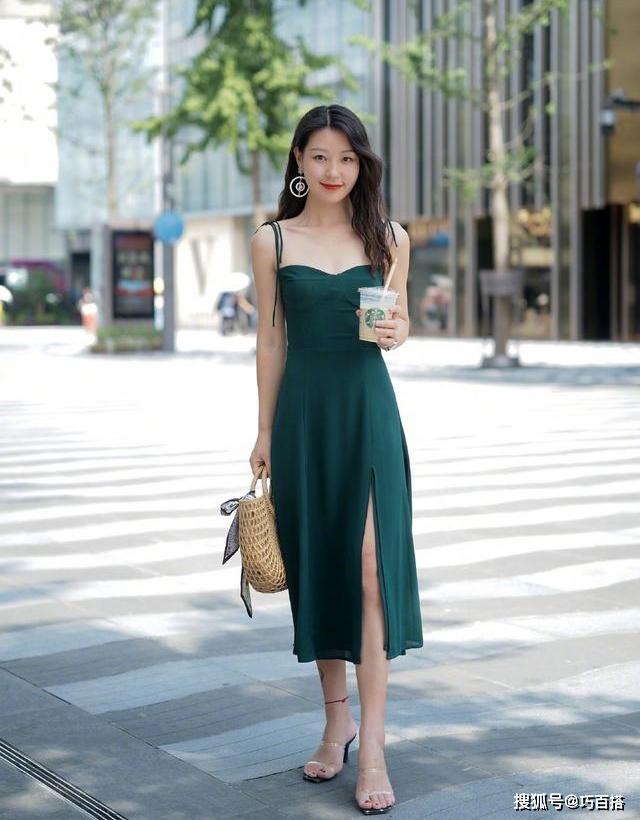 Nếu muốn diện váy liền thân, một đôi sandals quai trong suốt là gợi ý lý tưởng cho đôi chân của bạn thêm dài.