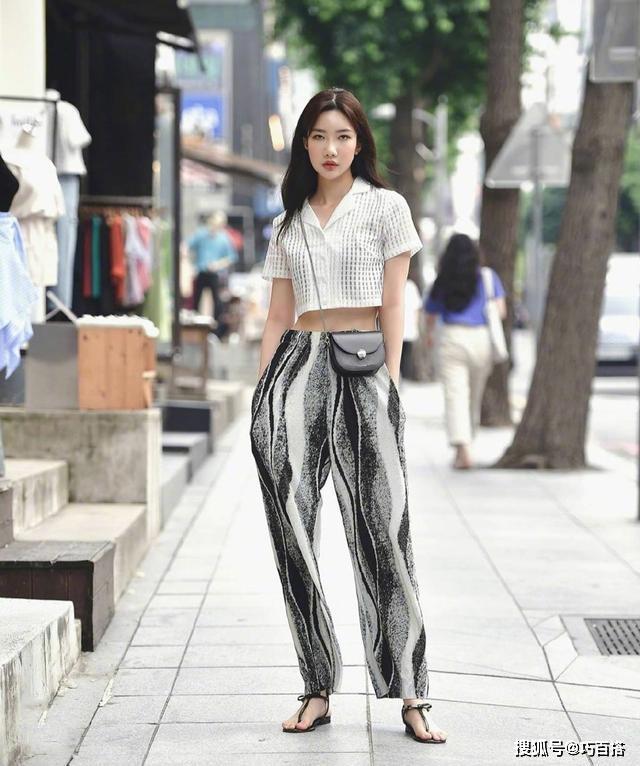 Chiếc quần hình chuông lạ mắt có chất liệu mỏng nhẹ, mặc lên mát rượi như không nên được nhiều cô gái tìm mua trong ngày nóng.