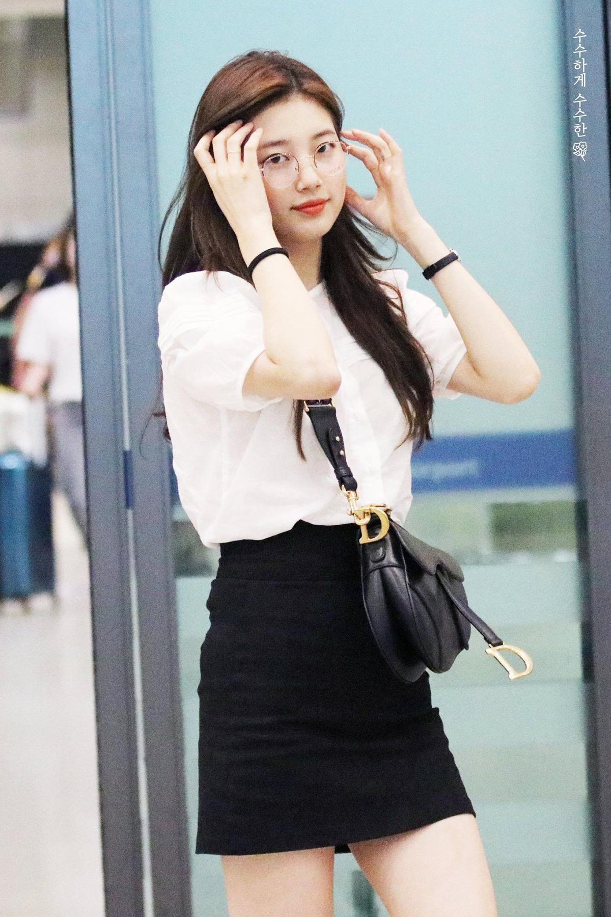 Muốn có diện mạo nữ tính mà không quá bánh bèo khi ra sân bay, bạn có thể chọn những chiếc sơ mi kiểu dáng nhẹ nhàng như Suzy.