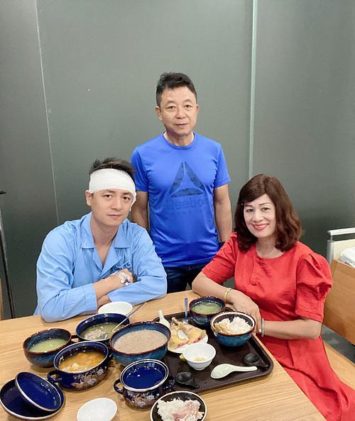 Đăng Khôi có thể ăn được cháo sau 2 ngày nằm viện.