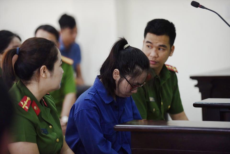 Trang luôn cúi mặt tại phiên toà xét xử sơ thâm, HĐXX tuyên án tử hình.