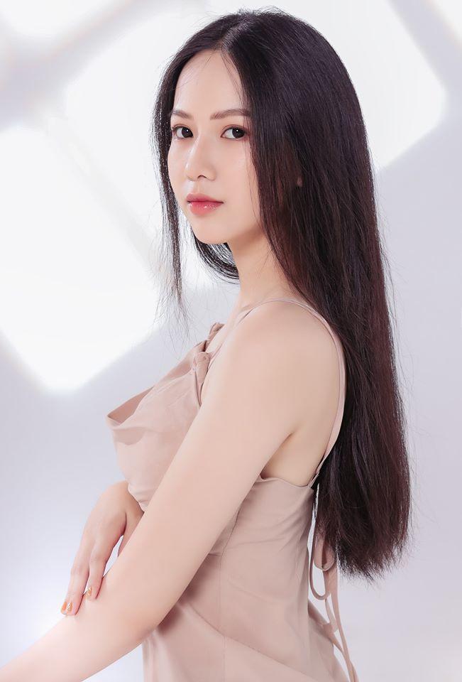 Làn da trắng, căng bóng là một trong những ưu điểm của Phương Quỳnh. Cô gái này còn có mái tóc thẳng dài, phù hợp hình ảnh cuộc thi Hoa hậu Việt Nam. Người đẹp tự tin vì có khả năng ngoại ngữ tốt.