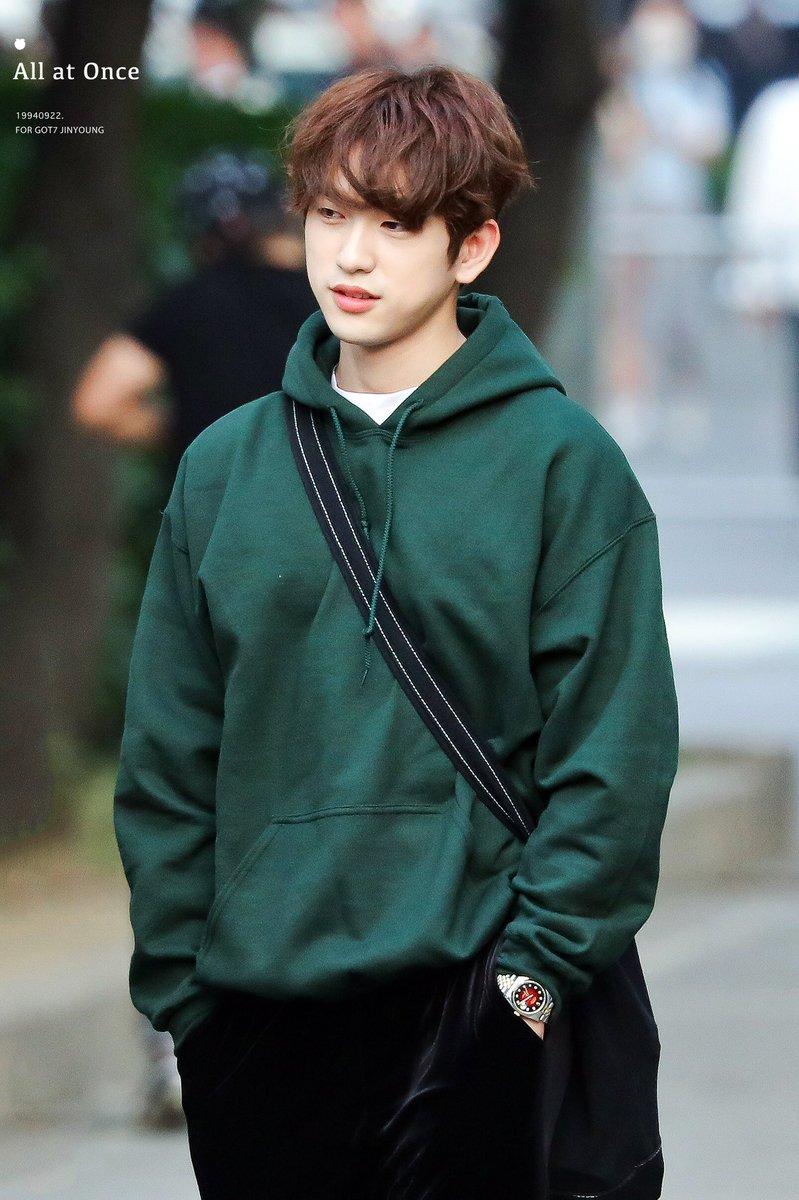 Jin Young được ca ngợi là tình đầu quốc dân. Không cần mặc vest hay đồ diễn lấp lánh, chỉ cần áp hoodie và mái tóc lộn xộn, nam idol trẻ trung như sinh viên, hút mọi ánh nhìn.