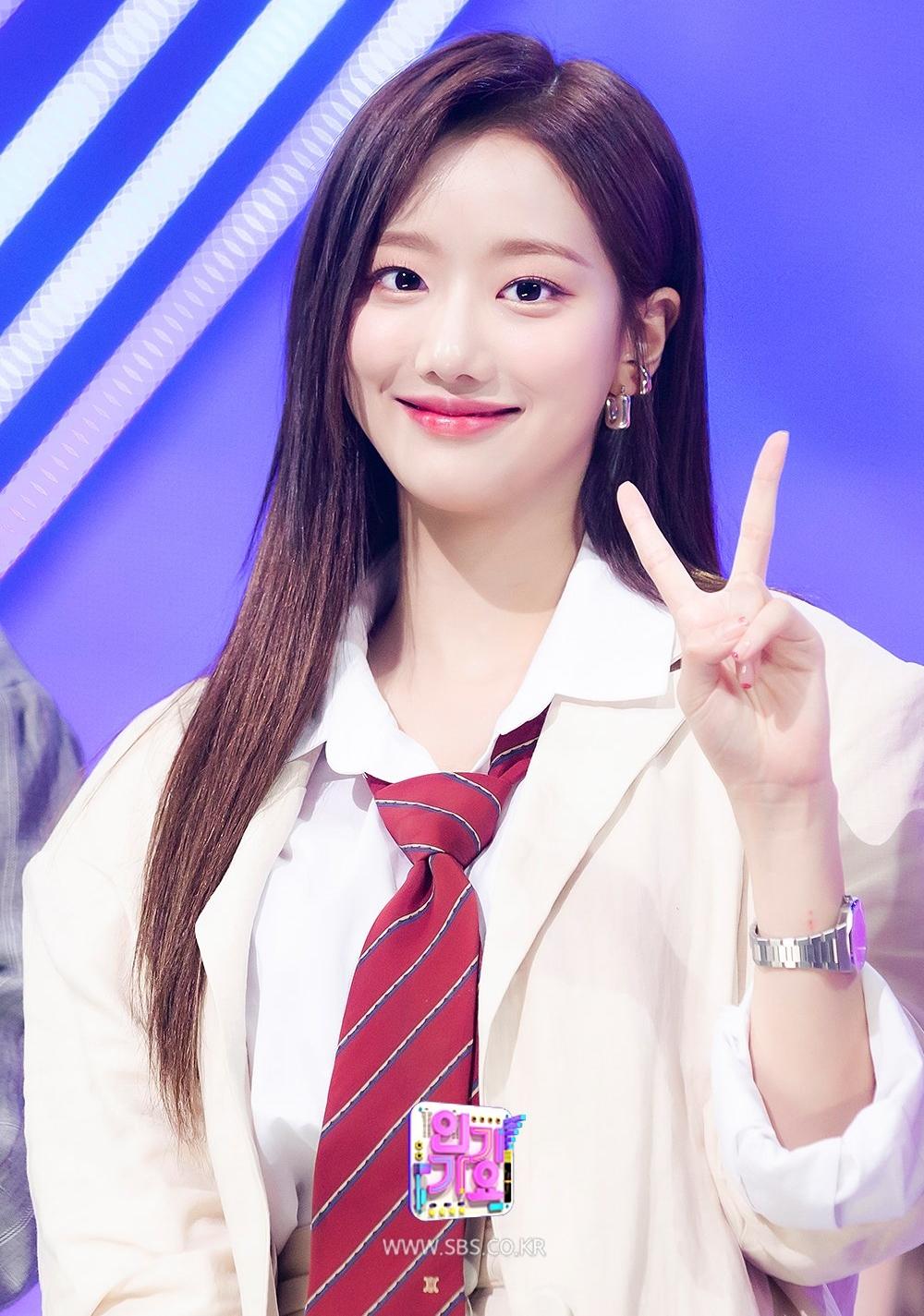 Mặc dù April là nhóm nhạc ít tên tuổi, cô nàng vẫn quen mặt với khán giả nhờ làm MC show Inkigayo...