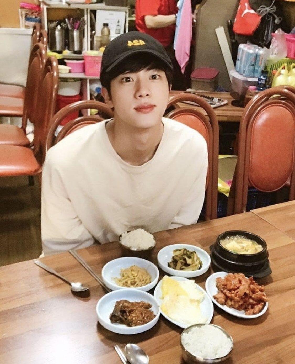 Jin được tuyển chọn khi đang trên đường đi học, điều này chứng tỏ dù không làm người nổi tiếng, anh chàng cũng thường là trung tâm của mọi sự chú ý khi xuất hiện. Áo phông trắng, mũ lưỡi trai đen cùng gương mặt không trang điểm, Jin giống như một đàn anh trong trường khiến bạn loạn nhịp khi bắt gặp ở quán ăn gần trường.