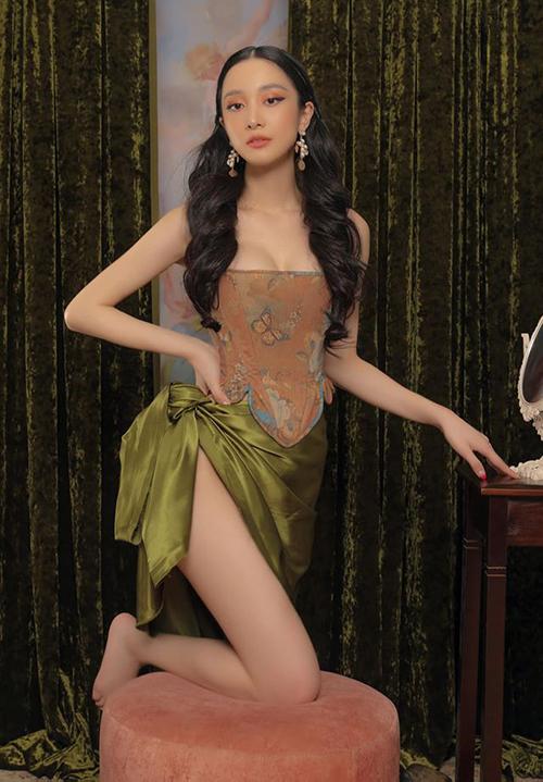 Jun Vũ khoe vòng một đầy và đôi chân thon trong bộ ảnh mới.