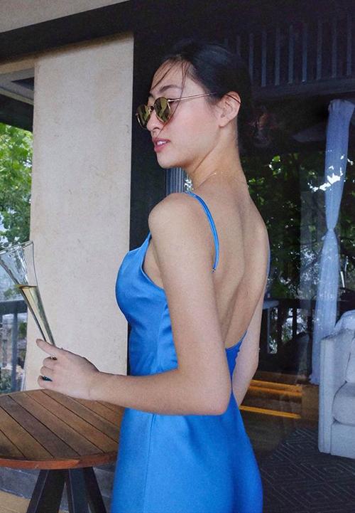 Lương Thùy Linh mặc váy hai dây trễ nải lưng trần trong chuyến nghỉ hè ở Phú Quốc.